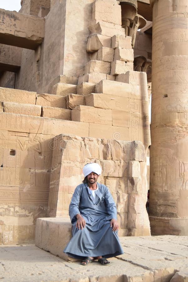 Un homme de Nubian s'asseyant dans un temple en Egypte, Assouan Louxor photo libre de droits