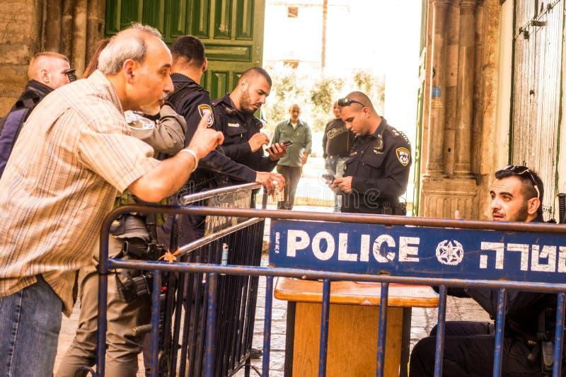Un homme discutant avec le policier israélien photo libre de droits