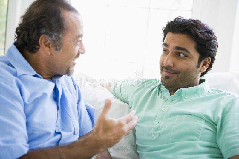 Un homme du Moyen-Orient avec son fils adulte image stock