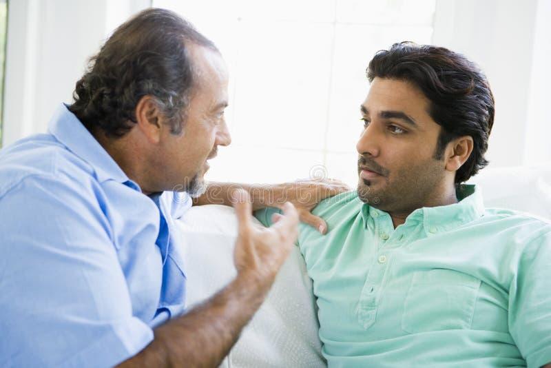 Un homme du Moyen-Orient avec son fils adulte photographie stock