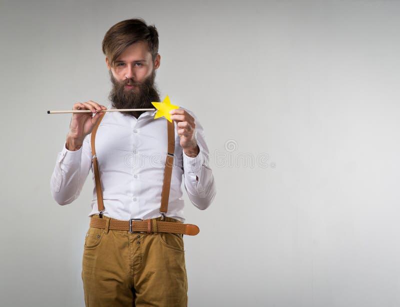 Un homme dupant autour avec une baguette magique magique d'enfants photos libres de droits