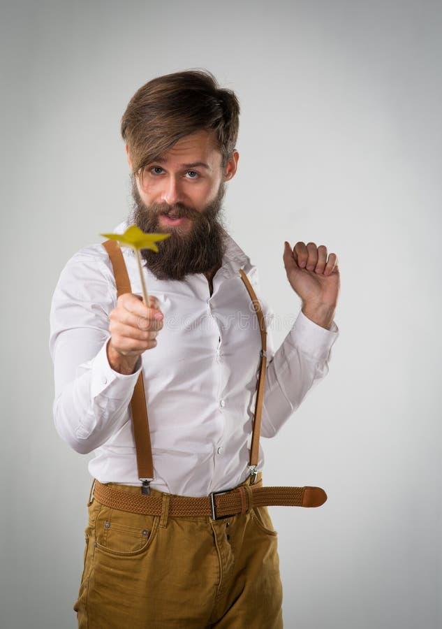 Un homme dupant autour avec une baguette magique magique d'enfants images libres de droits