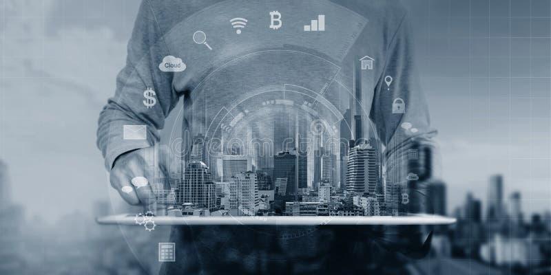 Un homme employant les icônes numériques d'application de technologie d'hologramme de comprimé et d'interface photos stock