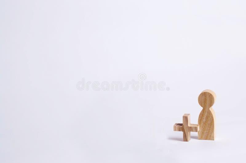 Un homme en bois avec a plus Ajoutez une personne, nouveau personnel Concept d'une nouvelle personne, fonctionnement, ami sur un  photographie stock libre de droits