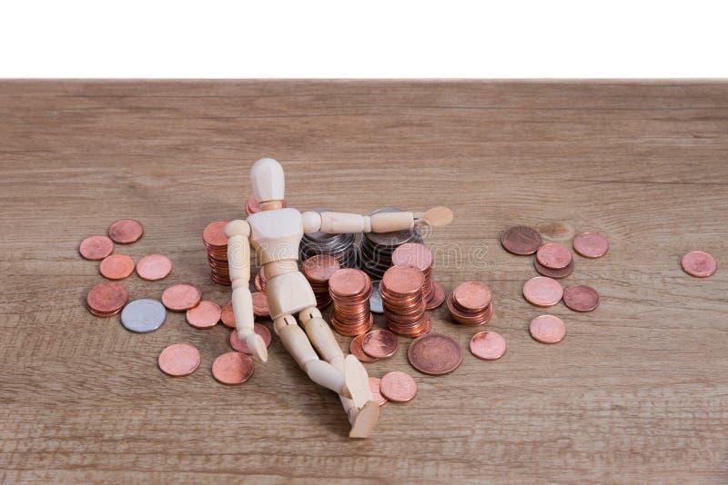 Un homme en bois de poupée avec son épargne, pièce d'or Tous ont composé avec le cent vingt-cinq cent, cinquante de baht thaïland photographie stock