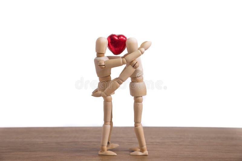 Un homme en bois de poupée dans une exposition de thème de valentine son amour à ses couples photos libres de droits