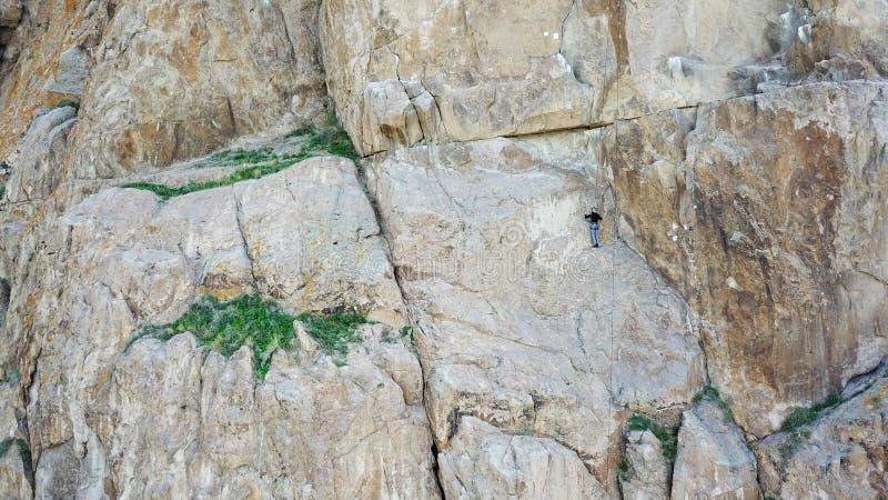Un homme escalade la falaise Loisirs et sports actifs photos stock
