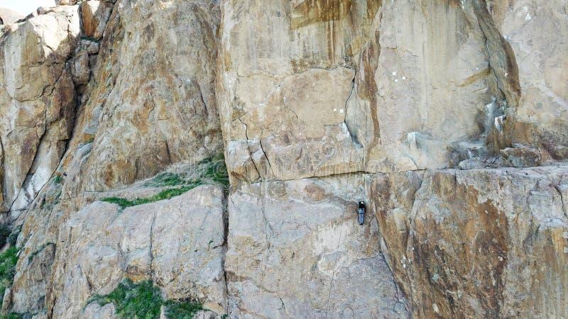 Un homme escalade la falaise Loisirs et sports actifs photographie stock libre de droits