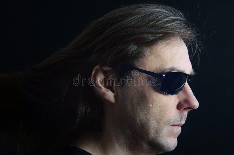 Un homme est en verres noirs photographie stock libre de droits