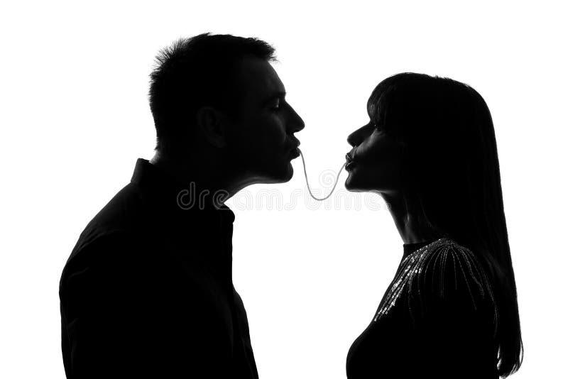 Un homme et femme de couples mangeant les mêmes spaghetti photos stock