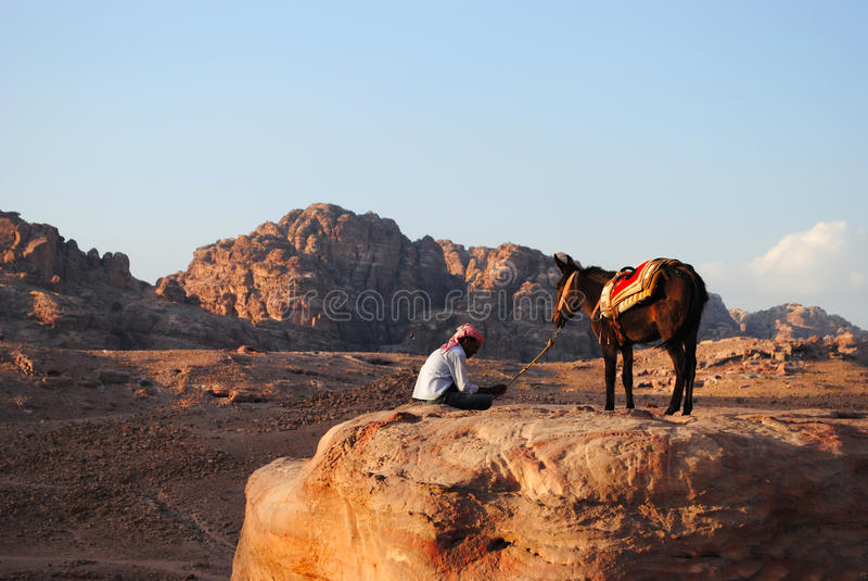 Un homme et son chameau dans PETRA, Jordanie image libre de droits