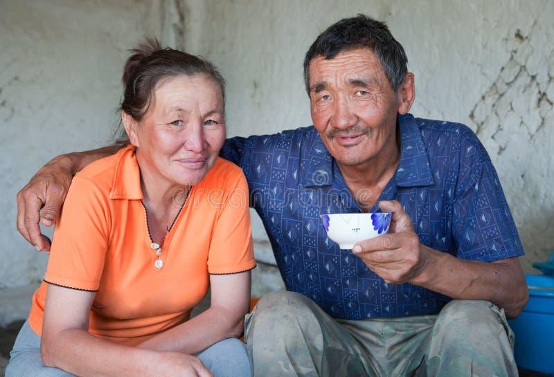 Un homme et une femme d'apparence asiatique prennent le thé photos libres de droits