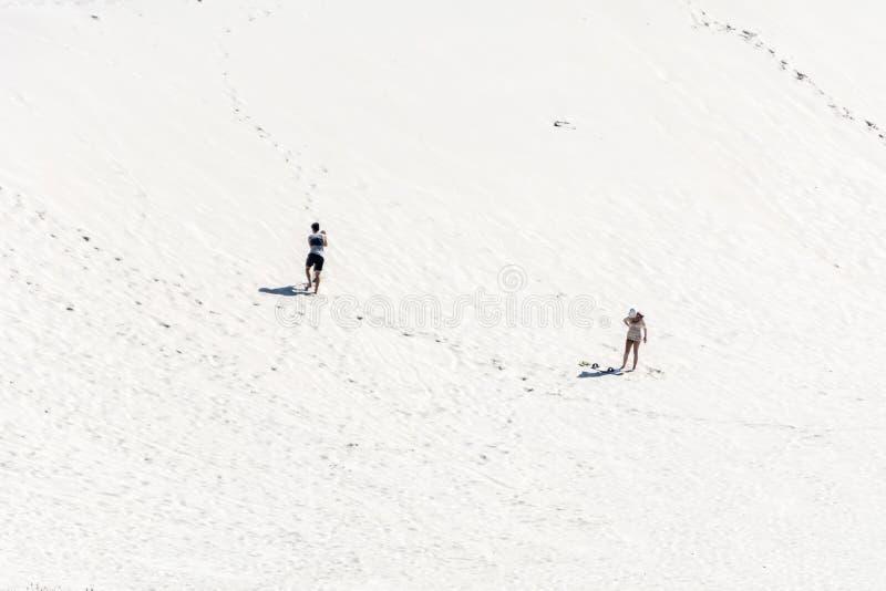 Un homme et une femme sur le secteur de dunes en Joaquina Beach, Florianopolis, Brésil images stock