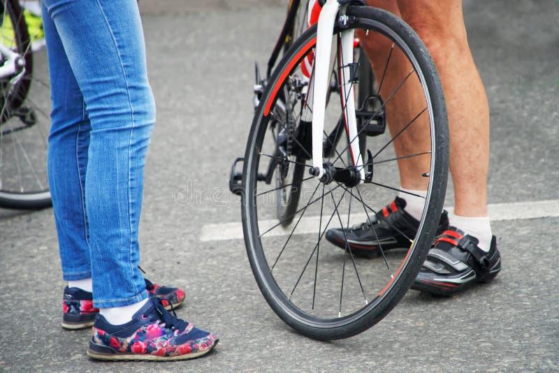 Un homme et une fille se tiennent à côté d'un vélo de sports photo libre de droits