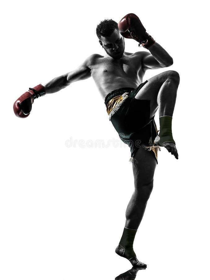 Un homme exerçant la silhouette thaïlandaise de boxe images stock