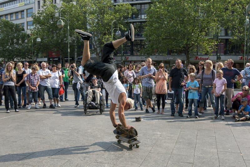 Un homme faisant de la planche à roulettes en parc image libre de droits