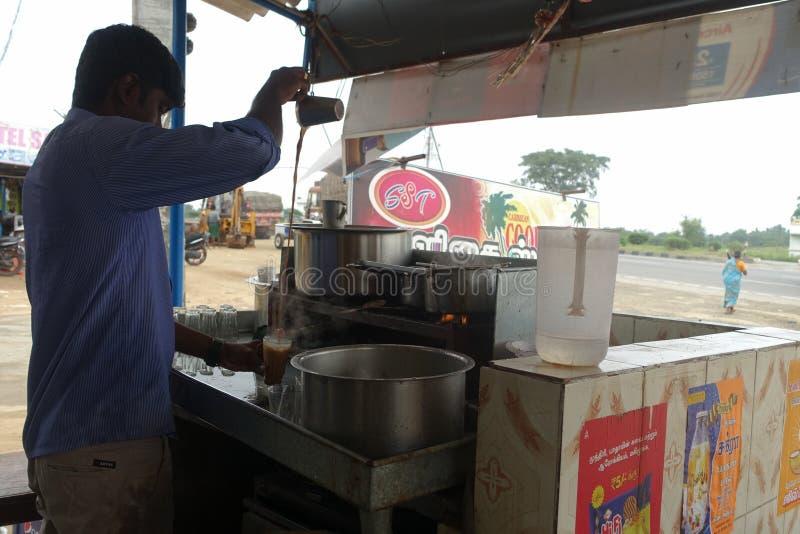 Un homme faisant le thé indien, Inde de Tamil Nadu photographie stock libre de droits