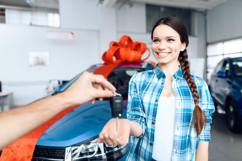 Un homme fait un cadeau - une voiture à son épouse image stock