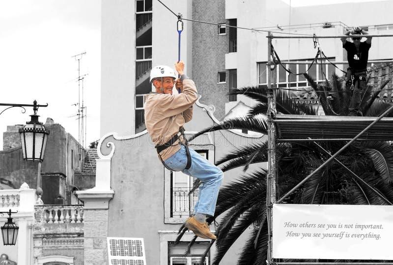 Un homme heureux plus âgé sur Zipline, rêves viennent des activités vraies et en plein air images stock