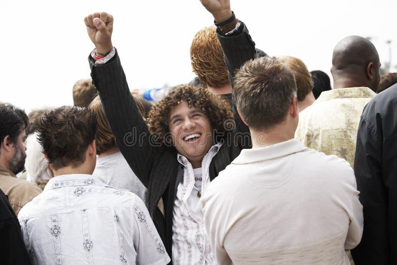 Un homme heureux soulevant des mains image stock