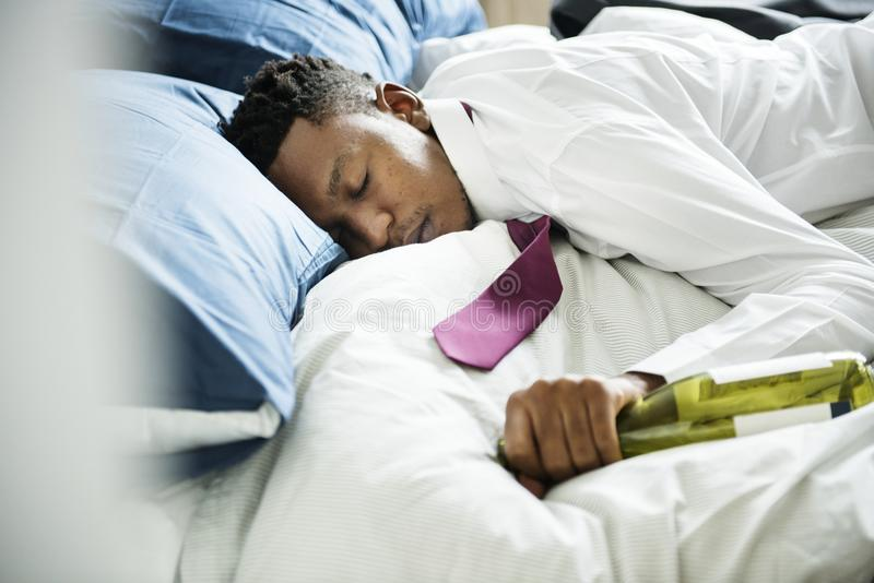 Un homme ivre passant dans le lit photo stock