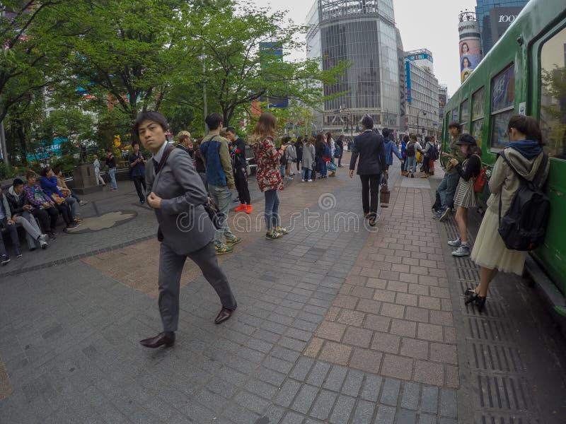 Un homme japonais doivent encore aller travailler diligemment tandis que d'autres images stock