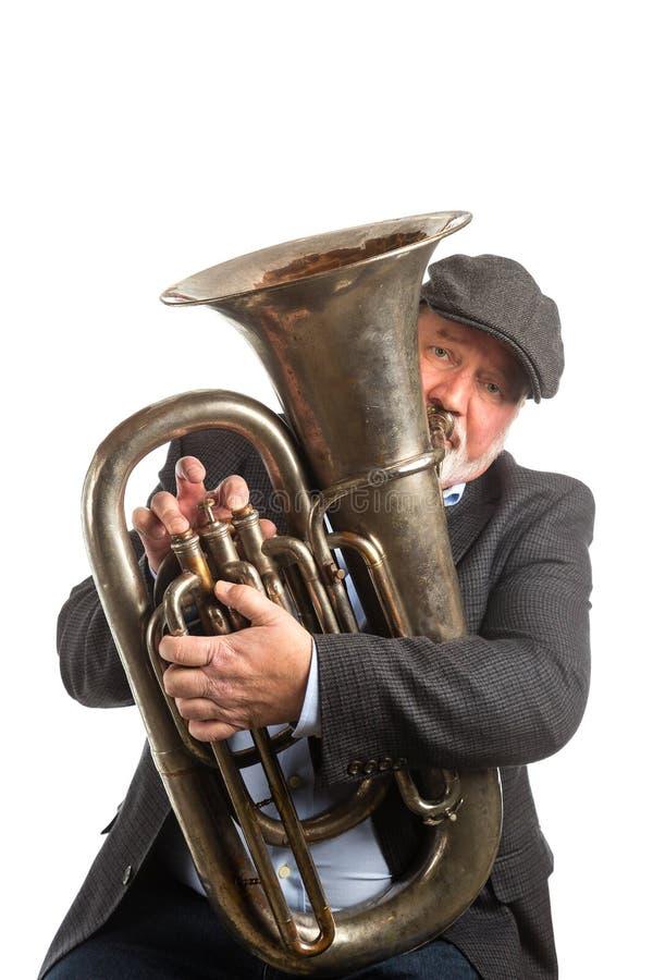 Un homme jouant un tuba image stock