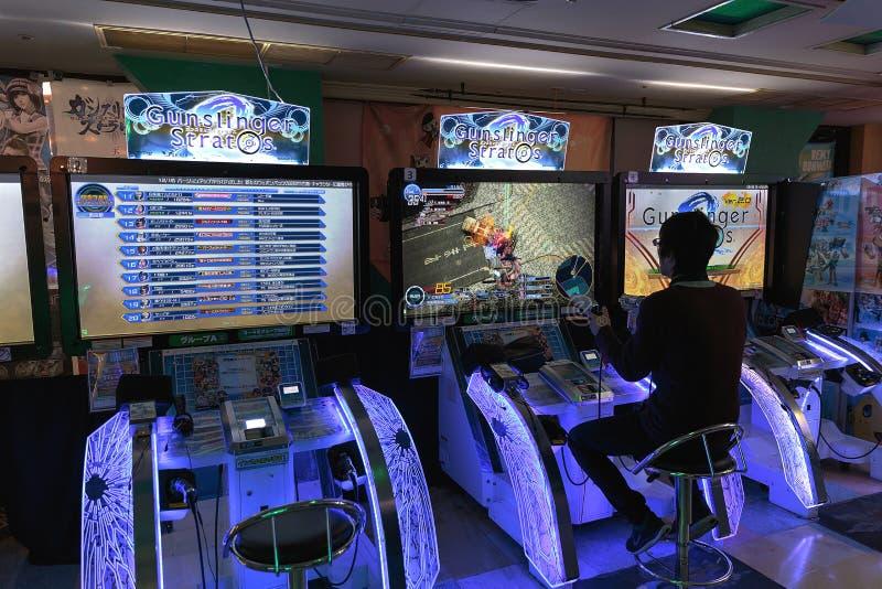 Un homme joue à Gunslinger Stratos image libre de droits