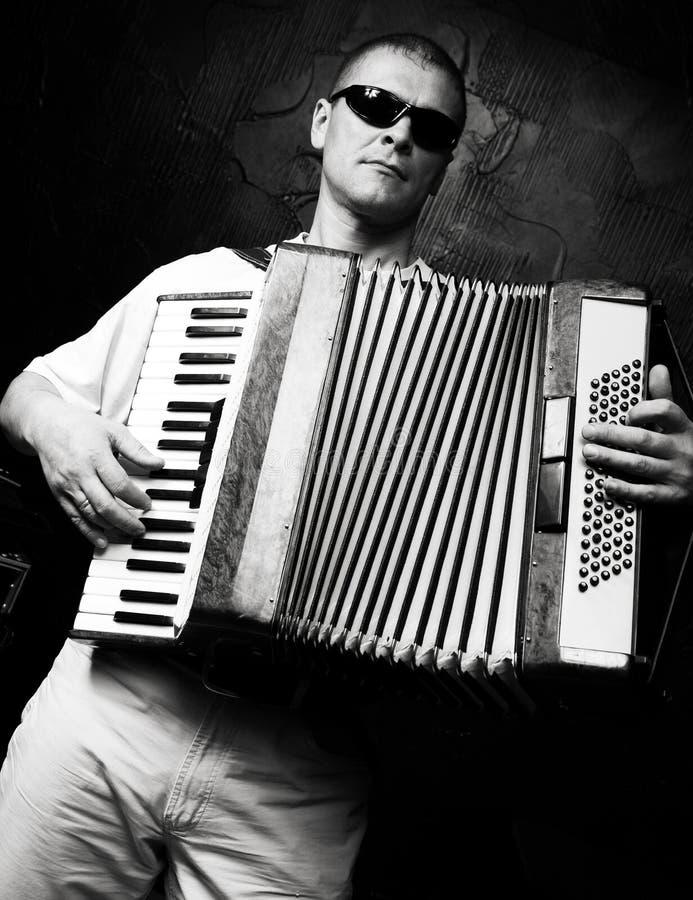 Un homme joue l'accordéon images stock