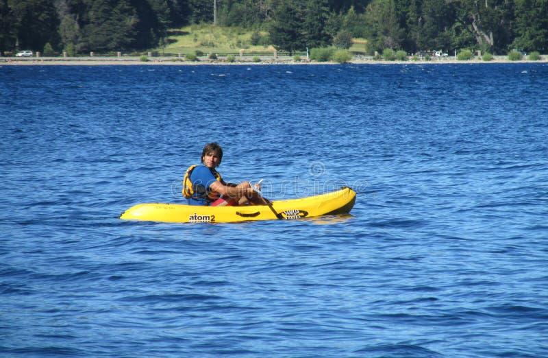 Un homme kayaking dans un lac photographie stock