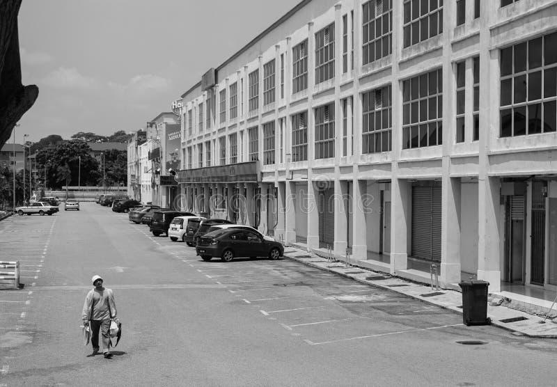 Un homme marchant sur la rue chez Chinatown dans Melaka, Malaisie images stock