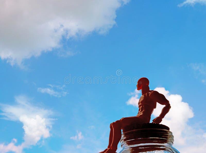 un homme modèle de plastique et un ciel bleu photographie stock