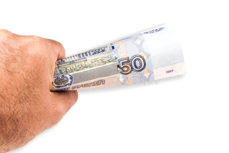 Un homme offrant cinquante roubles russes de billet de banque photos stock