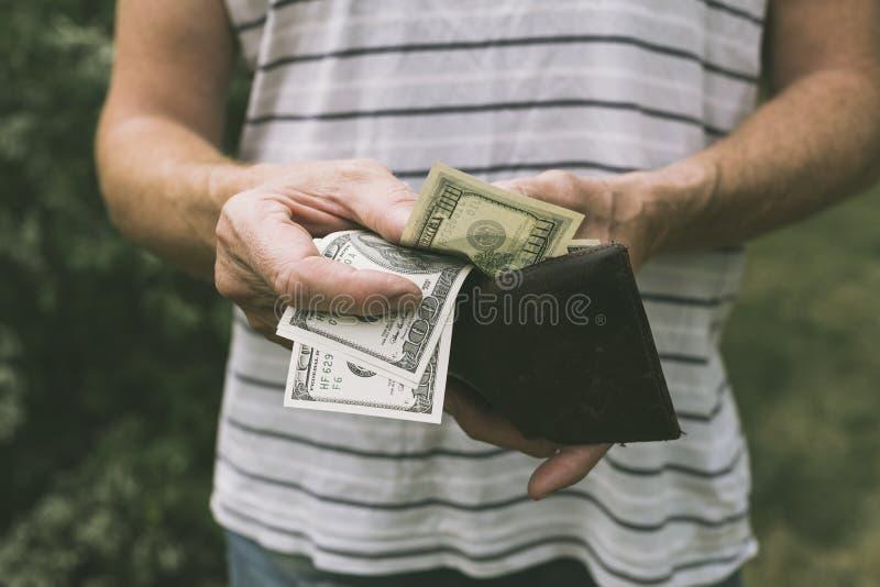 Un homme offrant des dollars US images libres de droits