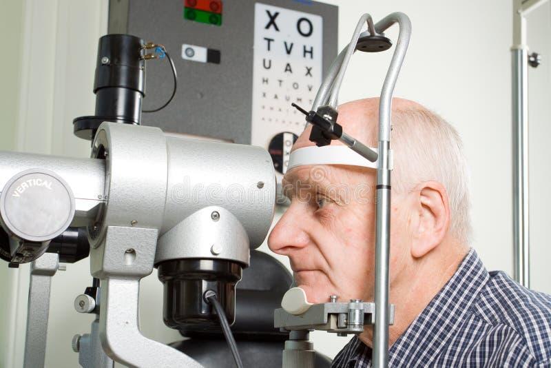 Un homme plus âgé ayant l'inspection d'oeil images libres de droits