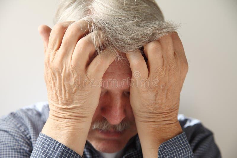 Un homme plus âgé déprimé photographie stock