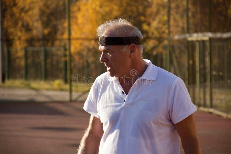 Un homme plus âgé plus de soixante tennis de jeux image libre de droits