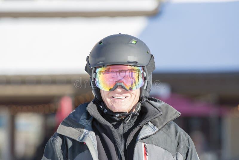 Un homme plus âgé prêt à skier avec toute la vitesse de sécurité dans le Colorado images stock