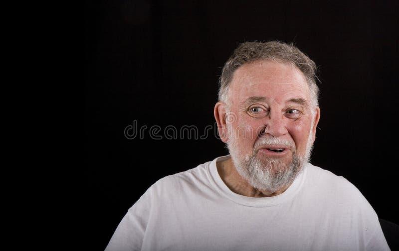 Un homme plus âgé souriant à gauche photographie stock
