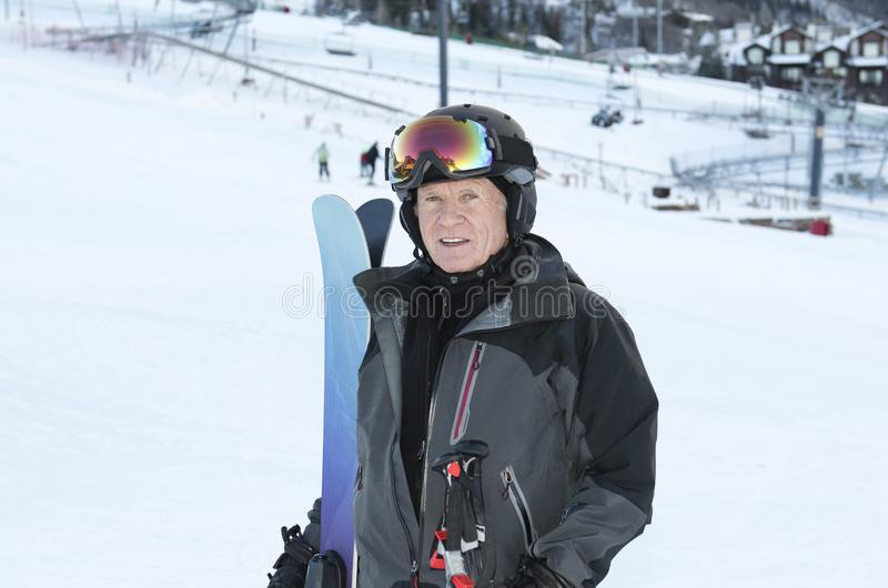 Un homme plus âgé sur le ski de montagne à une station de vacances du Colorado Port de tout le S photos libres de droits