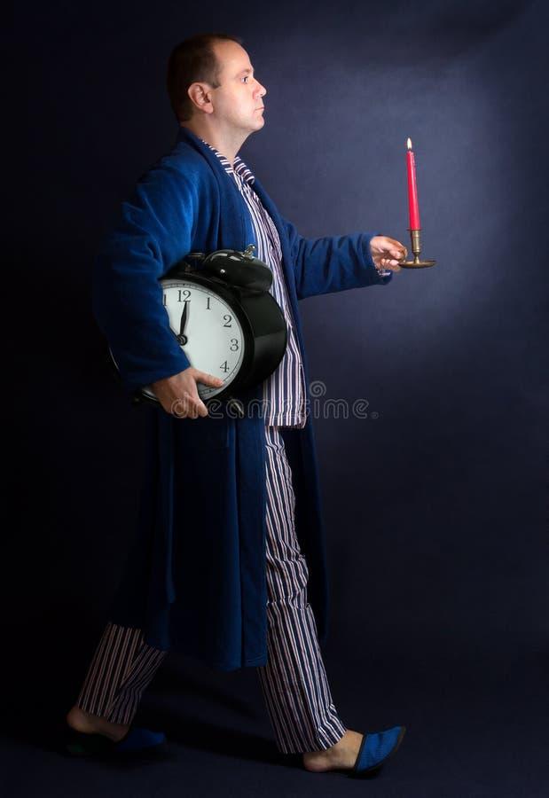 Un homme porte le réveil photographie stock
