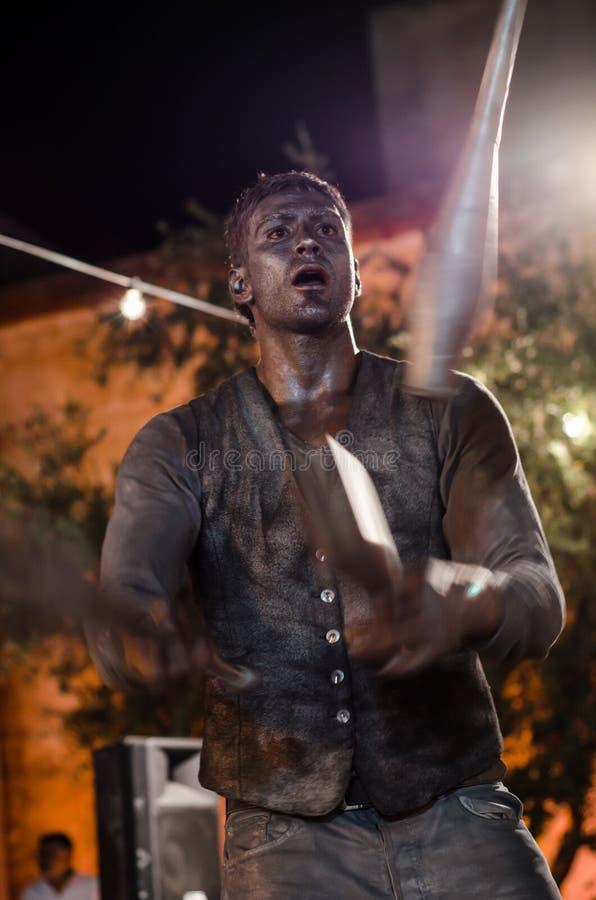 Un homme posant comme statue vivante à un festival image stock