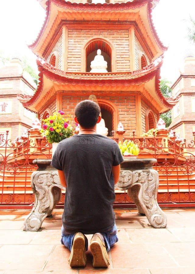 Un homme prient dans le temple de quoc de tran de chua près de Ho Tay Lake à Hanoï, V photo stock