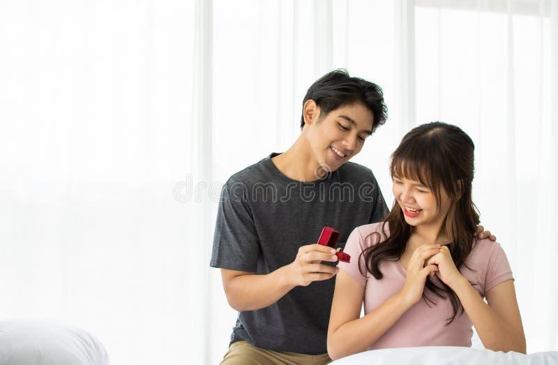 Un homme propose une fille pour épouser photos stock