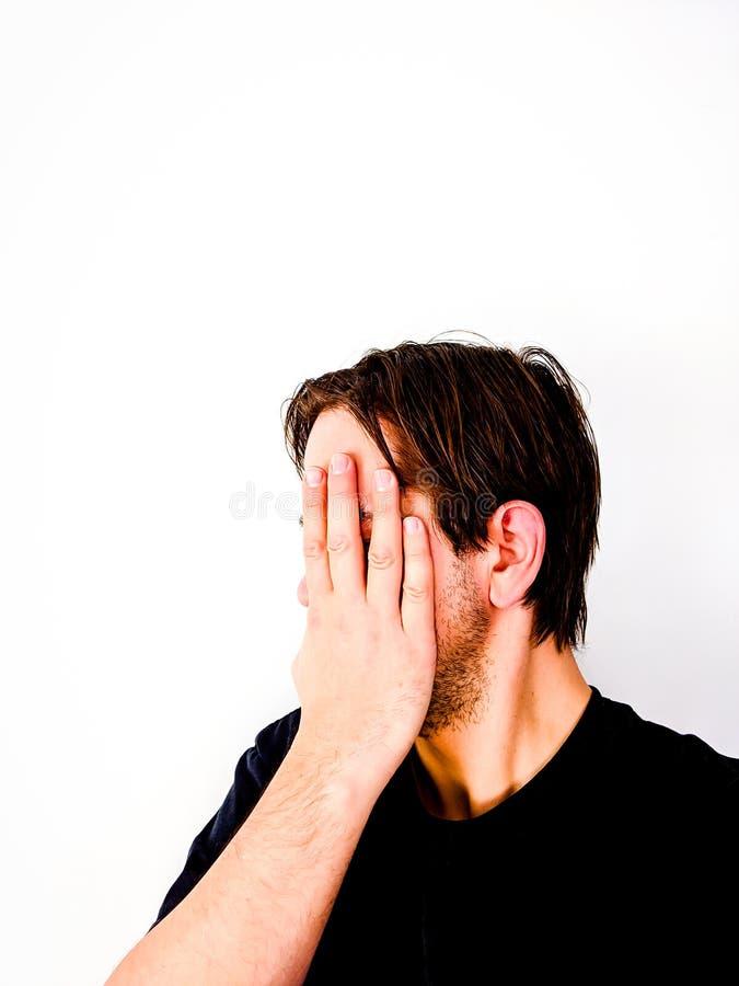 Un homme qui couvre le visage à la main - Idée, honte, à la recherche de l'anonymat, anonyme, identité images libres de droits