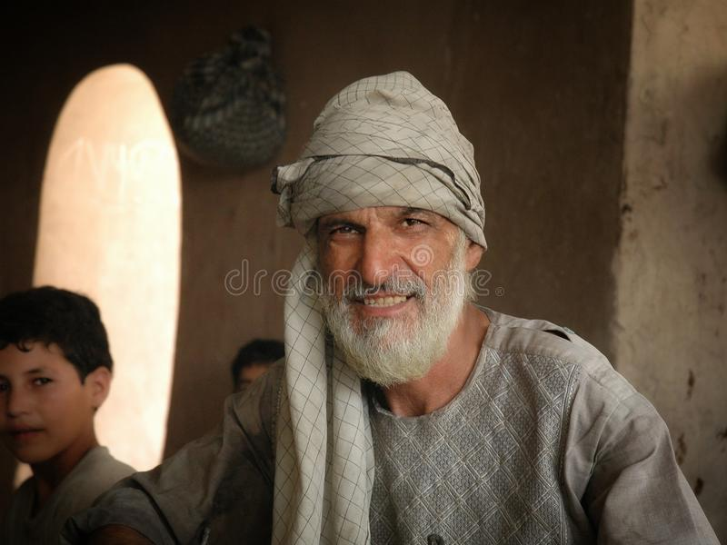 Un homme qui cuisson naan images stock