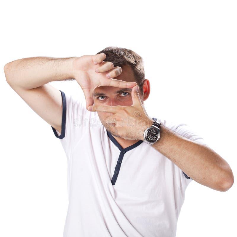 Un homme regardant et se focalisant par ses mains photos libres de droits
