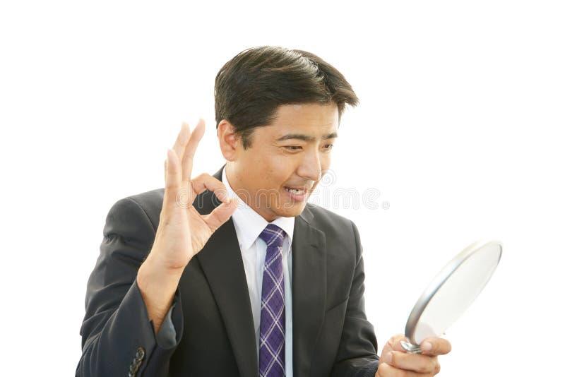 Un homme regardant se dans un miroir de main photo stock for Se regarder dans un miroir