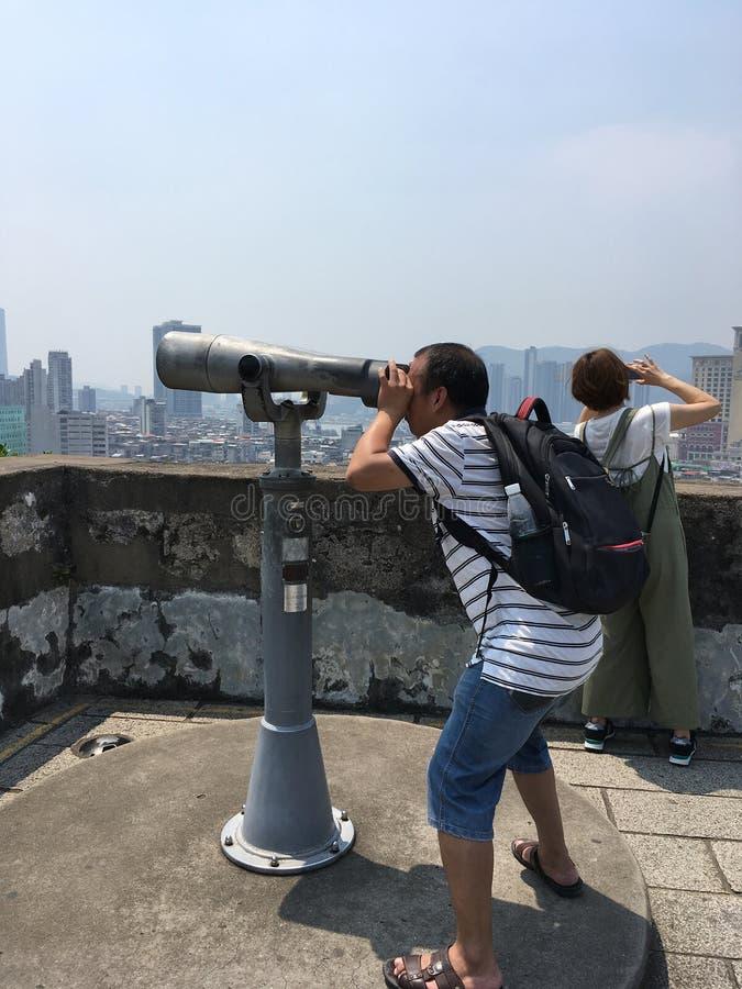 Un homme regarde par des jumelles Monte Fort, Macao photo stock