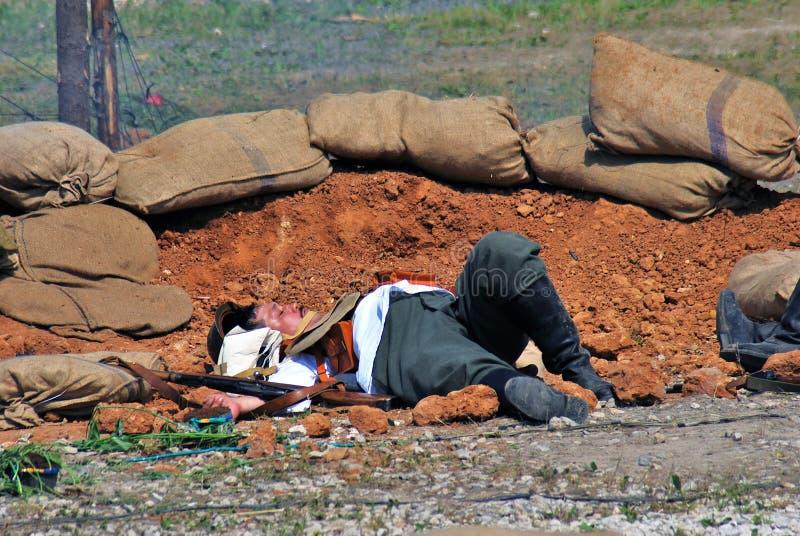 Un homme s'étend au sol Première reconstitution de bataille de guerre mondiale photographie stock